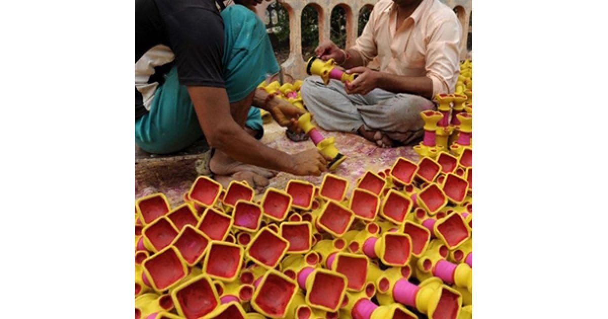 Майстри закінчують фарбувати ліхтарики, які будуть використовуватися під час свята вогню Дівалі, у Армітсарі. @ AFP