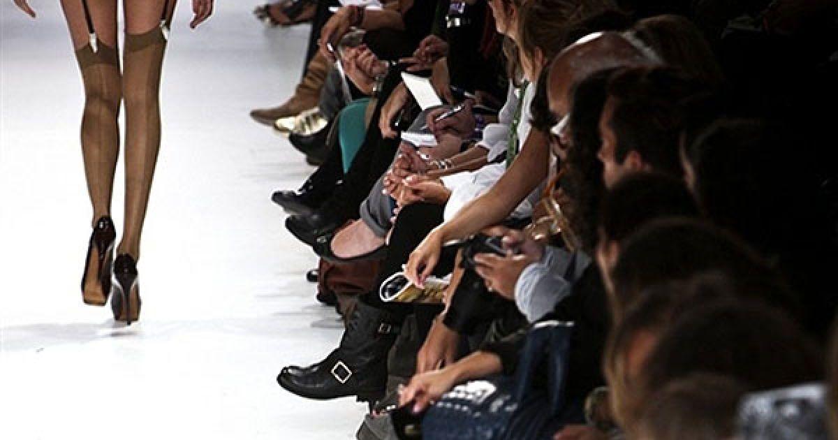 """Португалія, Лісабон. Модель демонструє одяг з колекції португальського дизайнера Філіпа Файска сезону весна/літо 2011 на 35-му тижні """"Moda Lisboa"""" у Лісабоні. @ AFP"""