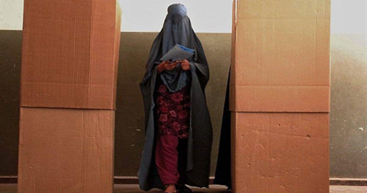 Афганістан, Герат. Афганська жінка під час голосування на виборчій дільниці у Гераті. Місія НАТО в Афганістані зафіксувала набагато менше спроб зірвати парламентські вибори, ніж під час президентських виборів минулого року в країні. @ AFP