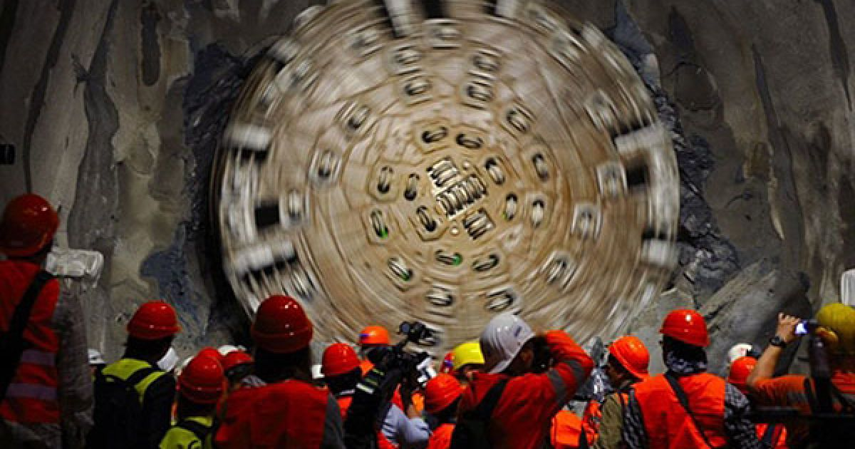 У Швейцарії завершилося прокладання найдовшого залізничного тунелю в світі протяжністю 57 км @ AFP
