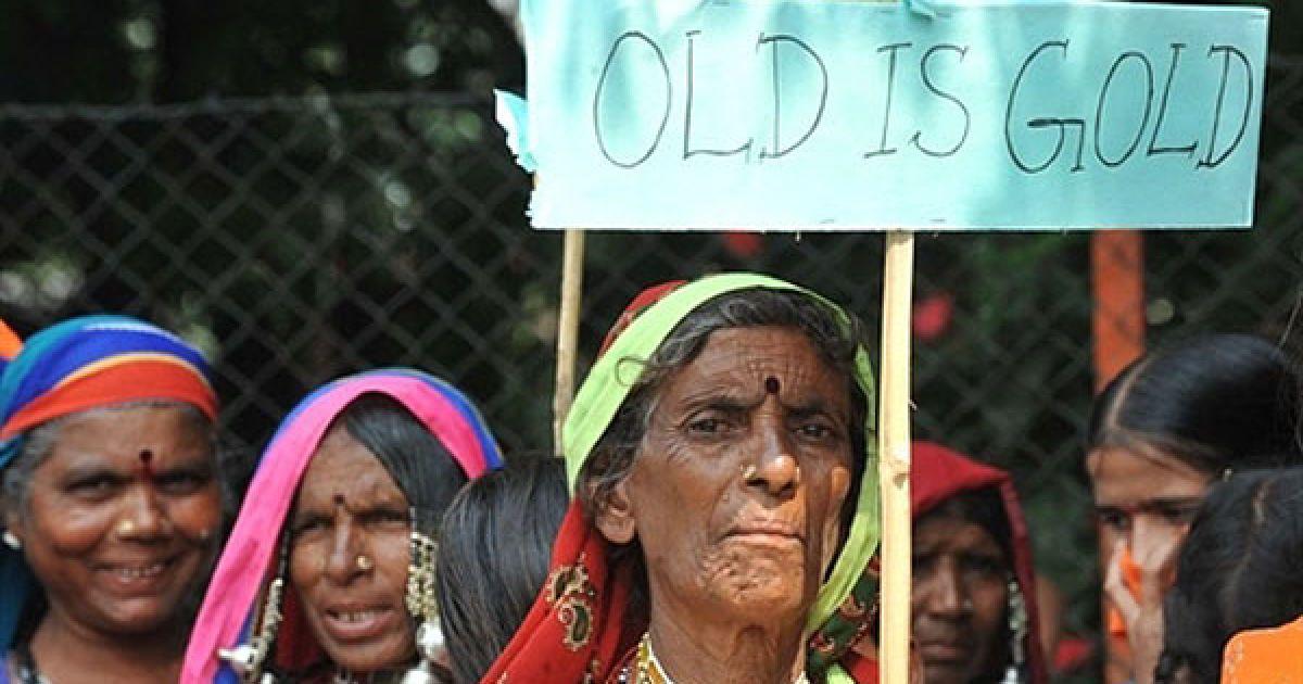 """Індія, Хайдарабад. Літня жінка з індійського племені Ламбаді тримає плакат """"Старість – це золото"""" під час маршу у Хайдарабаді, який провели на честь Міжнародного дня літніх людей. Індійський парламент заборонив мітинги і збори з 30 вересня по 4 жовтня. @ AFP"""