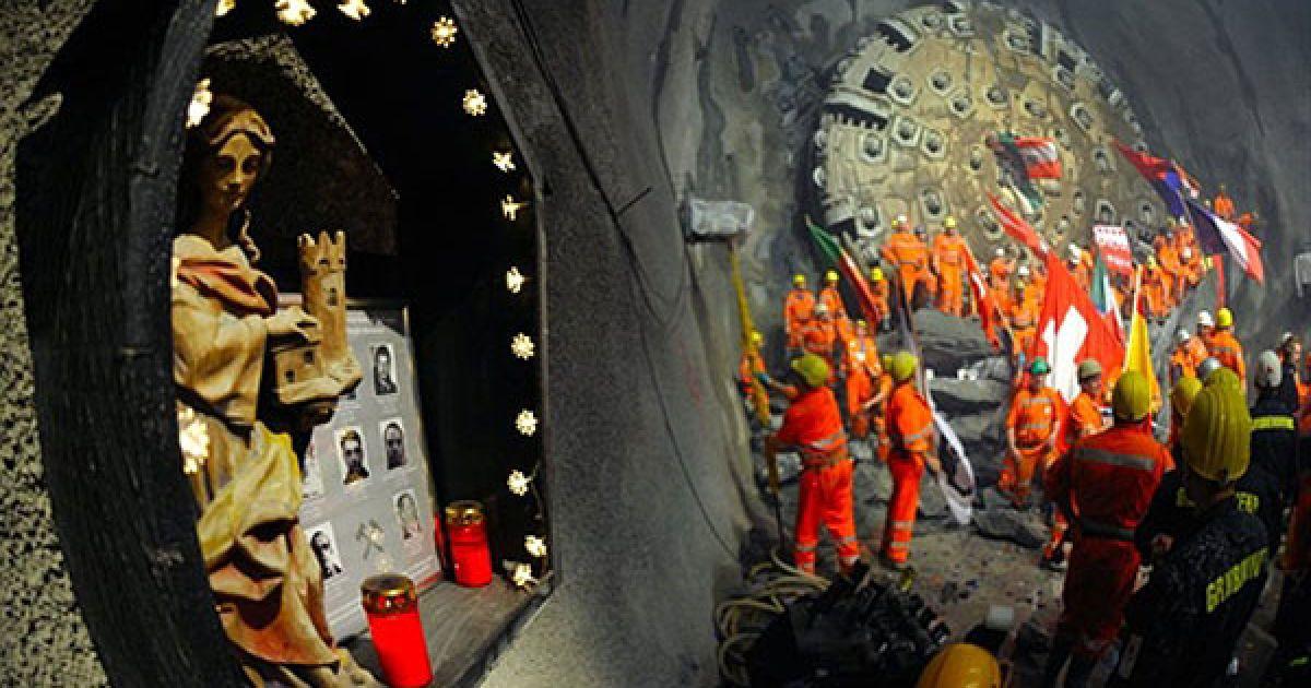Для проходки тунелю в скельних породах використовувалися як буровибухові роботи, так і кілька тунелепрохідницьких комплексів (ТПК). @ AFP