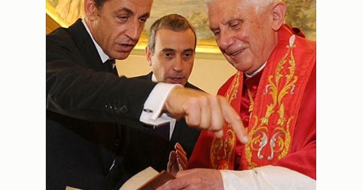 Ватикан. Президент Франції Ніколя Саркозі і Папа Римський Бенедикт XVI обмінюються подарунками під час приватної аудієнції у Ватикані. @ AFP
