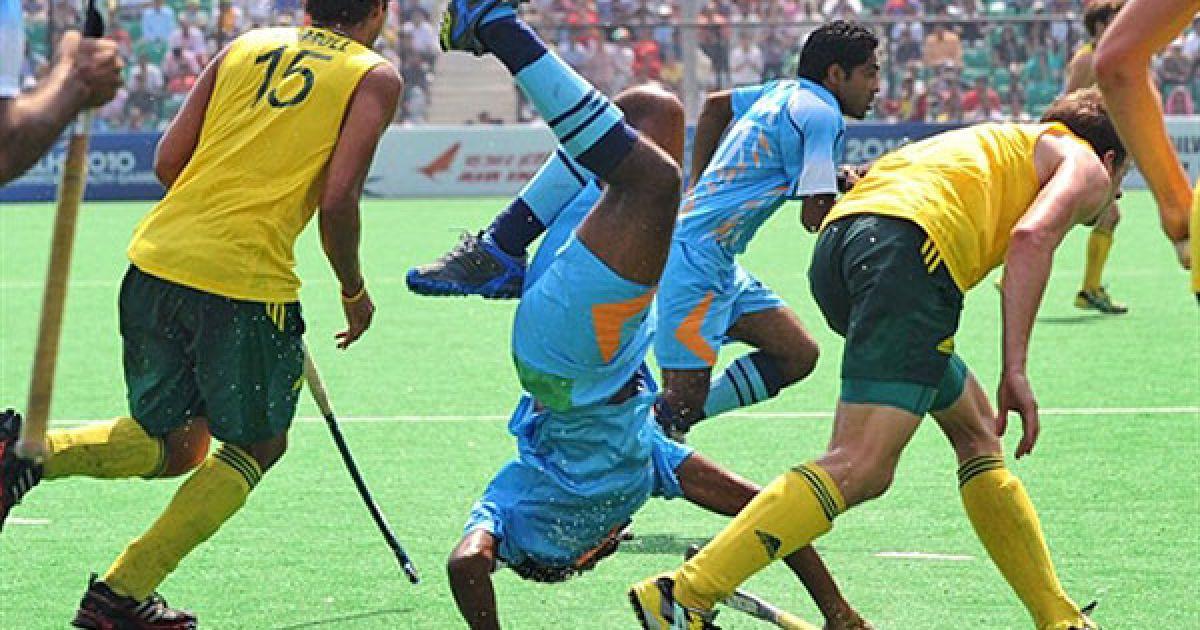 Індія, Нью-Делі. Індійський гравець Прабодх Тіркі падає після зіткнення з австралійським захисником у фіналі з хокею на траві серед чоловіків на Іграх Співдружності у Нью-Делі. Австралія виграла у Індії з рахунком 8-0. @ AFP
