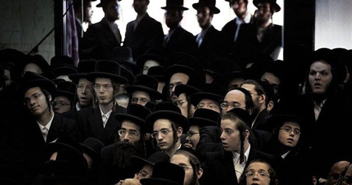 """Ізраїль, Бней-Брак. Ультра-ортодоксальні євреїв з вижницьких хасидів відвідують символічний """"похорон"""" 11 сувоїв Тори у синагозі громади хасидів в консервативному місті Бней-Брак поблизу Тель-Авіва. Тисячі ультра-ортодоксальних євреїв взяли участь у """"похороні"""" сувоїв, які були знищені у пожежі в синагозі під час свята Суккот. @ AFP"""