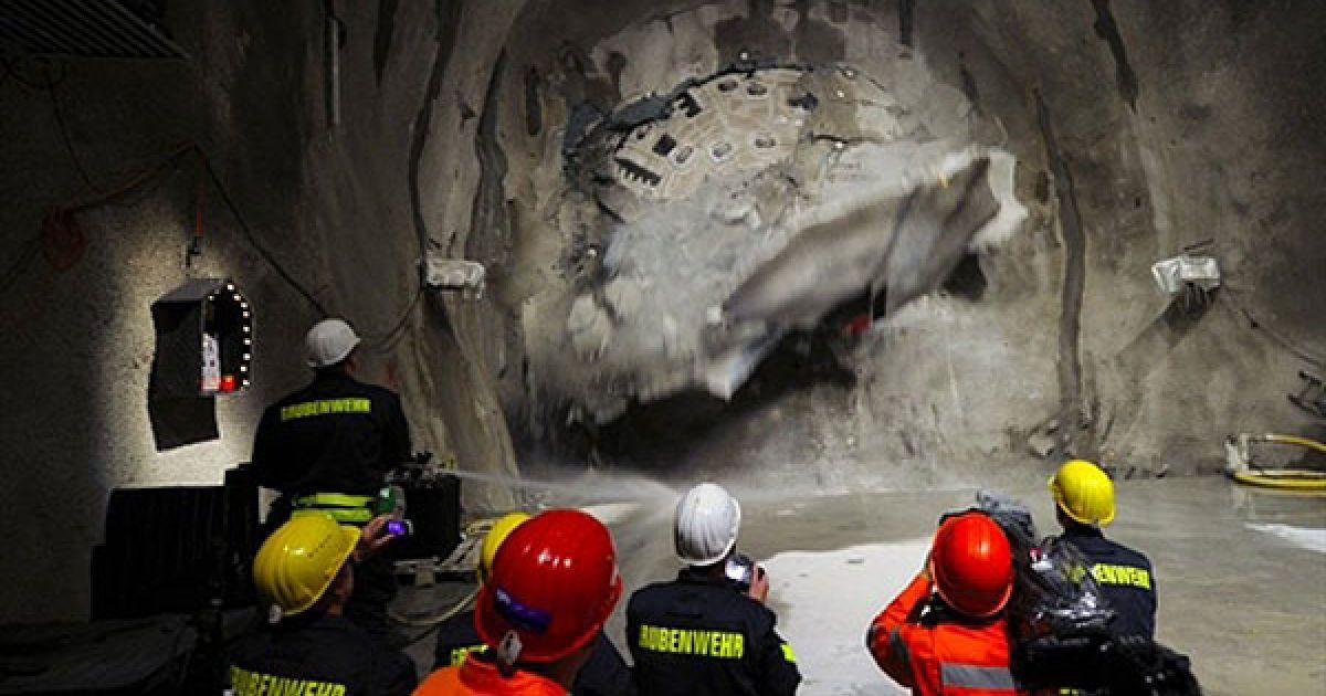 У Швейцарії завершено прокладання найдовшого тунелю в світі @ AFP