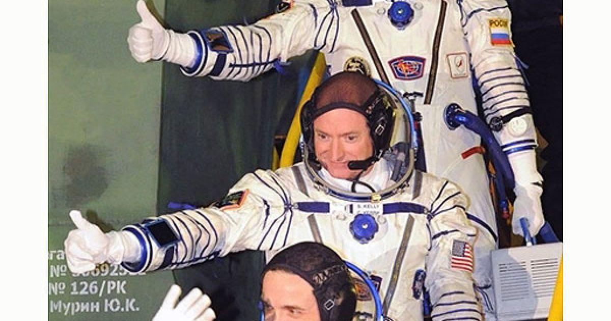"""Казахстан, Байконур. Члени екіпажу Міжнародної космічної станції (МКС), російські космонавти Олександр Калері (унизу), Олег Скрипочка (вгорі) і американський астронавт Скотт Келлі (в центрі) перед посадкою на космічний корабель """"Союз ТМА-01М"""", який має доставити їх на МКС. @ AFP"""