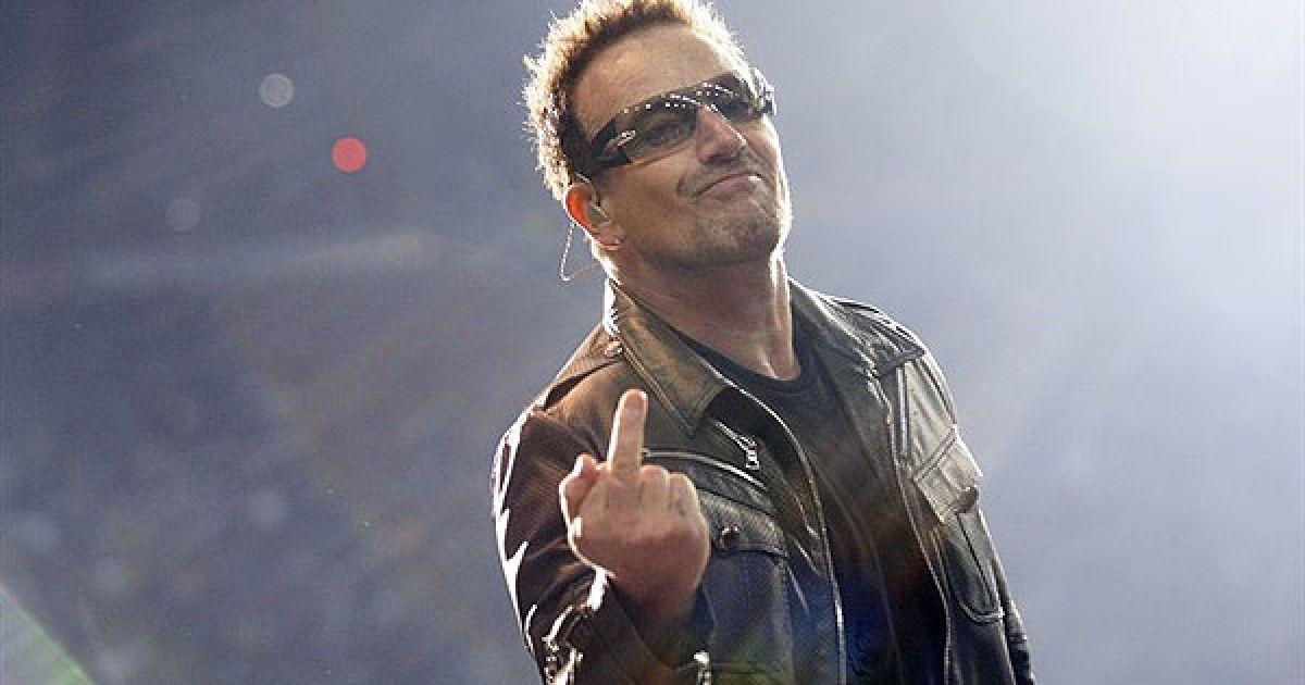 """Франція, Сен-Дені. Лідер ірландського гурту U2 Боно виступає на сцені Стад де Франс у Сен-Дені під час світового турне """"360°"""". @ AFP"""