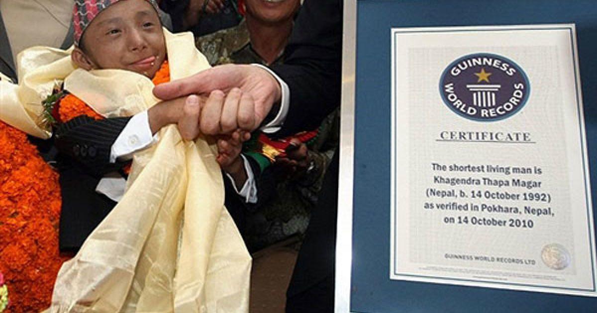 Непал, Покхара. Представник Книги рекордів Гіннеса Марко Фрігаттіхенд вітає Хагендру Тапа Магара після того, як Магара офіційно визнали найменшою людиною в світі. Непальський підліток, зріст якого становить 67,08 см, відзначив своє повноліття, і після остаточних вимірювань був занесений до Книги рекордів Гіннеса. @ AFP