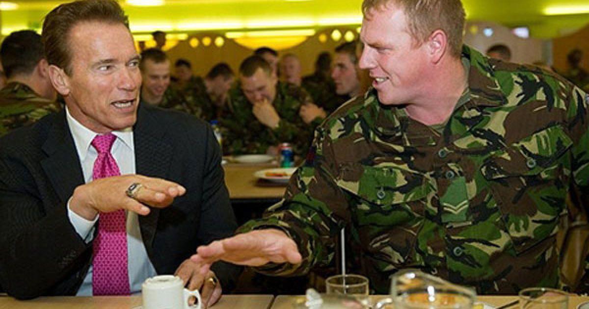 Великобританія, Лондон. Губернатор Каліфорнії Арнольд Шварценеггер і прем'єр-міністр Великобританії Девід Кемерон відвідали казарми Велінгтона в центрі Лондона. Вони поспілкувались з солдатами і скуштували солдатський обід. Арнольд Шварценеггер перебуває у Лондоні з офіційним візитом. @ AFP