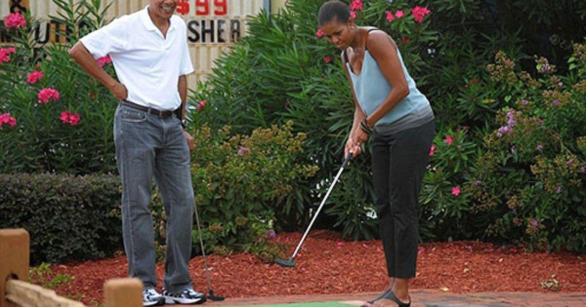 """США, Панама Сіті Біч, штат Флорида. Президент США Барак Обама і перша леді США Мішель Обама під час гри у міні-гольф у гольф-центрі """"Піратський острів"""". @ AFP"""