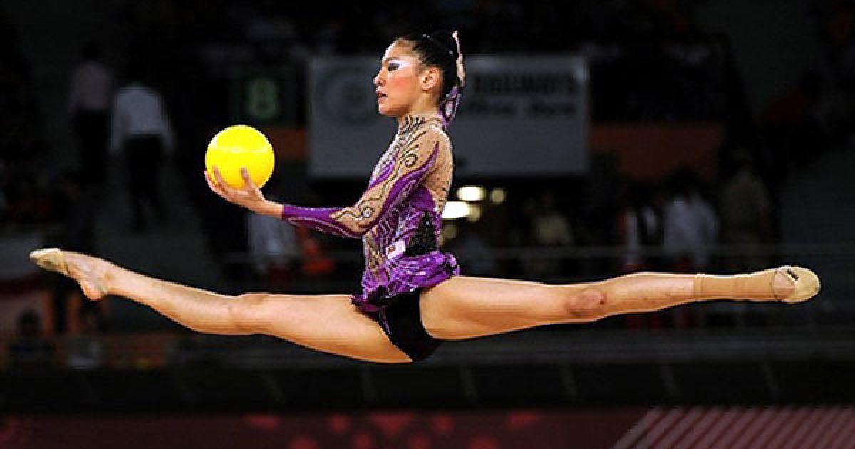 Індія, Нью-Делі. Малайзійська гімнастка Елейн Кун завоювала бронзову медаль у художній гімнастиці на Іграх Співдружності у Нью-Делі. @ AFP