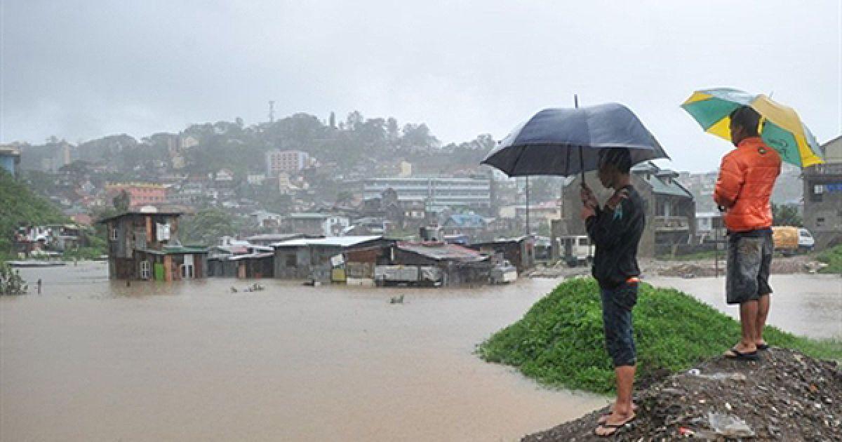 Наслідки тайфуну Мегі у філіппінському місті Багія. В результаті повені, викликаної найсильнішим за останні 10 років тайфуном, вже загинули 10 людей. @ AFP