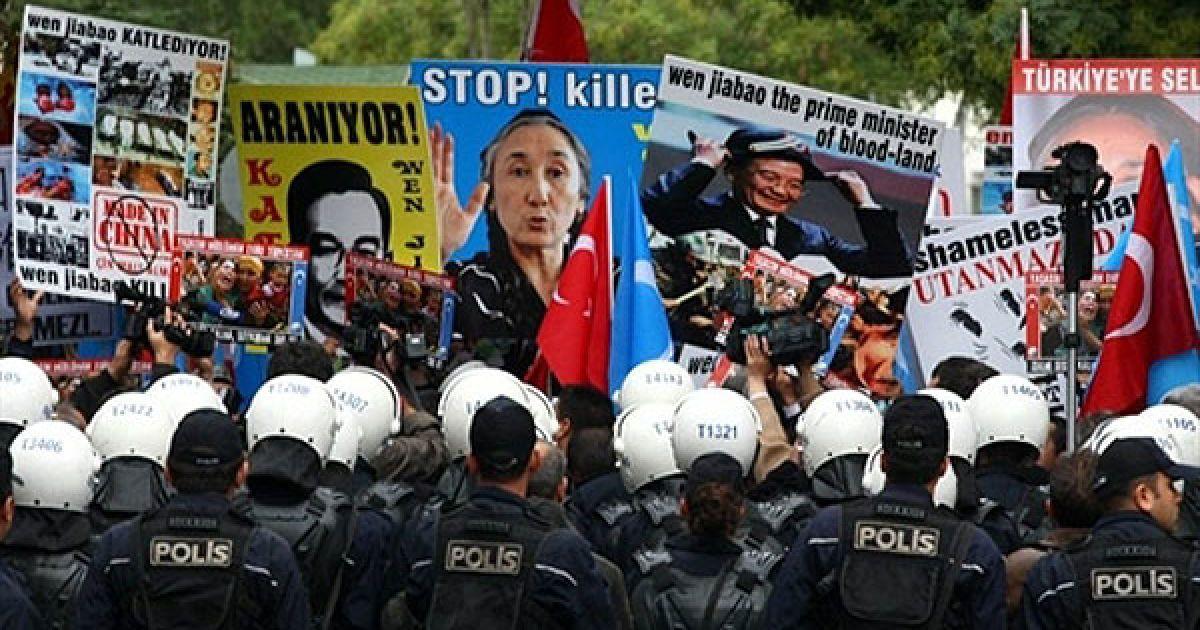 Туреччина, Анкара. Поліцейські стримують уйгурських демонстрантів, які влаштували акцію протетсу перед готелем, в якому зупинився прем'єр-міністр Китаю Вень Цзябао під час перебування в Анкарі. Китайський прем'єр-міністр провів переговори з турецькими лідерами щодо поглиблення економічного і політичного співробітництва між двома країнами. Представники уйгурів (тюркомовного народу Середньої Азії, які проживають у Сіньцзяні, північно-західному регіоні Китаю) звинувачують Пекін у десятиліттях релігійного, культурного і політичного гноблення. @ AFP