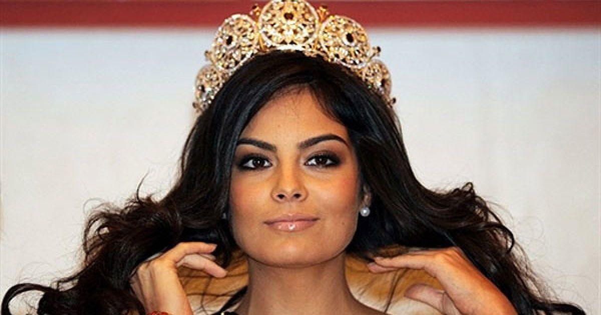 """Індонезія, Джакарта. Міс Всесвіт 2010, мексиканка Хімена Наваррете бере участь у прес-конференції в Джакарті. Нещодавно коронована Хімена Наваррете прибула до країни на конкурс краси """"Міс Індонезії"""". @ AFP"""