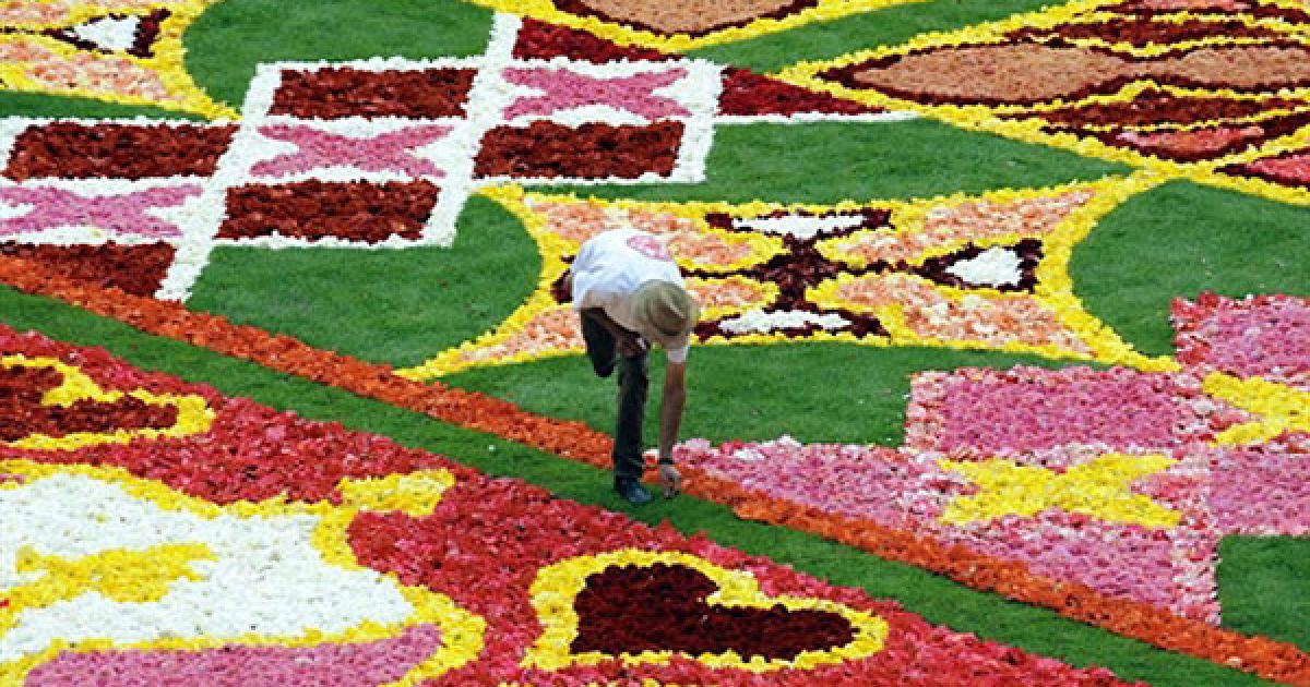 Бельгія, Брюссель. Садівник готує брюссельський квітковий килим на площі Grand Place-Grote Markt у Брюсселі. Килим створено з 700 000 бегоній, а темою малюнку є головування Бельгії у Європейському союзі. @ AFP
