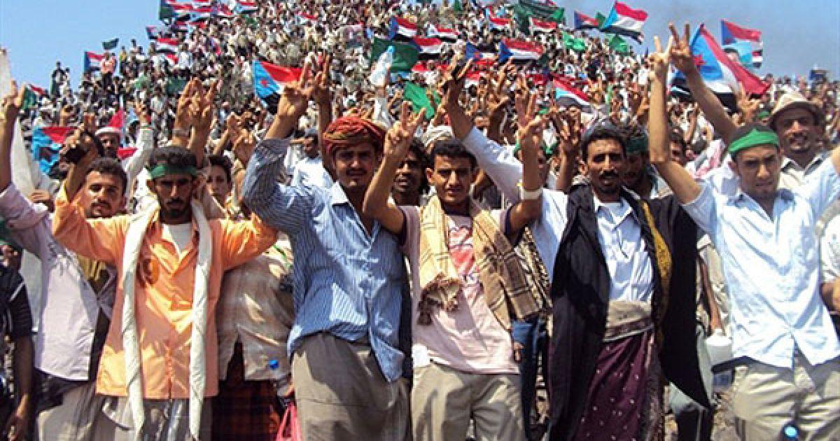 """Ємен, Радфан. Прихильники йеменського """"Південного Руху"""" розмахують прапорами колишнього Південного Ємену під час мітингу в місті Радфан у південній провінції Лахдж. Вони відзначили 47-му річницю початку повстання проти британського колоніального правління на півдні Ємену. @ AFP"""