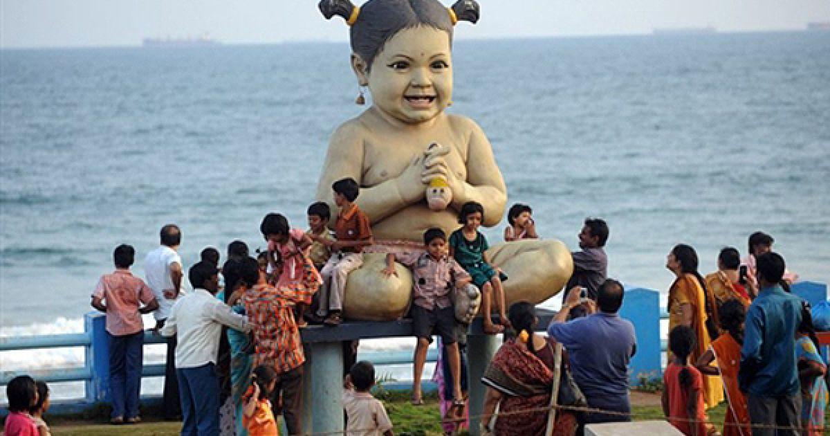 Туристи фотографуються із величезною лялькою на пляжі у Вісакхапатамі, Індія. @ AFP