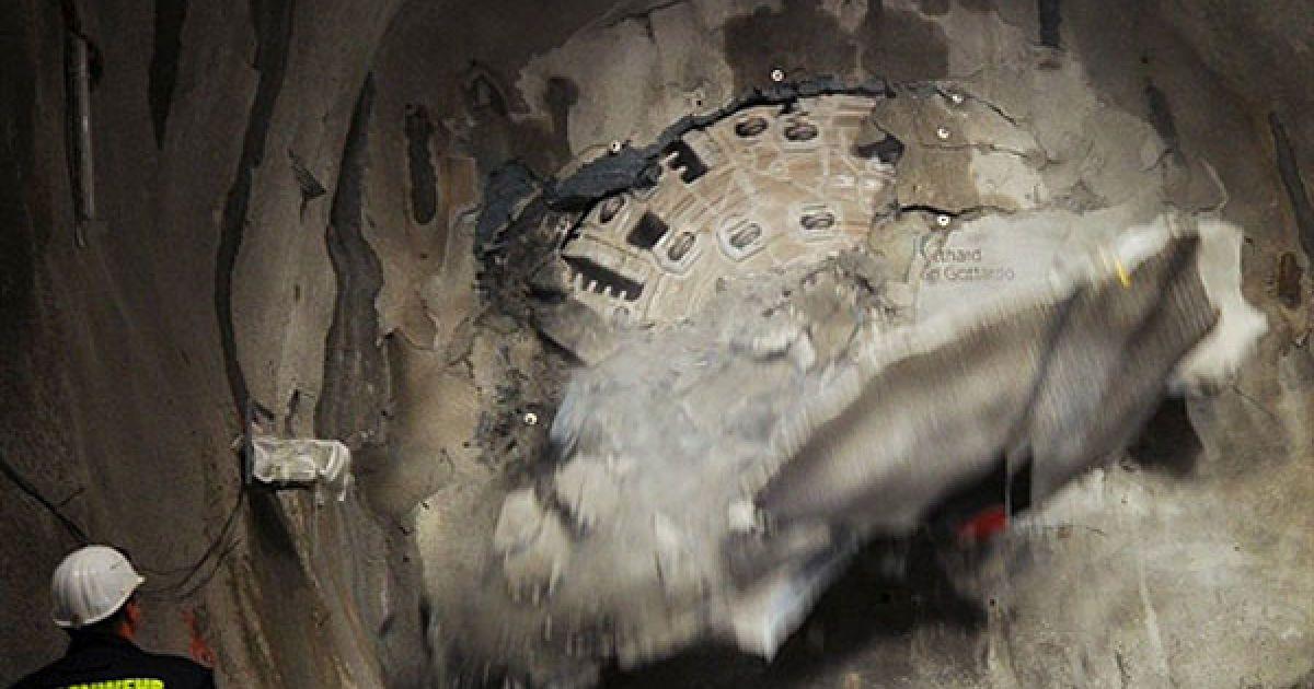 У Швейцарії завершилося прокладання найдовшого залізничного тунелю в світі, після того, як були пробурені його останні півтора метра. @ AFP