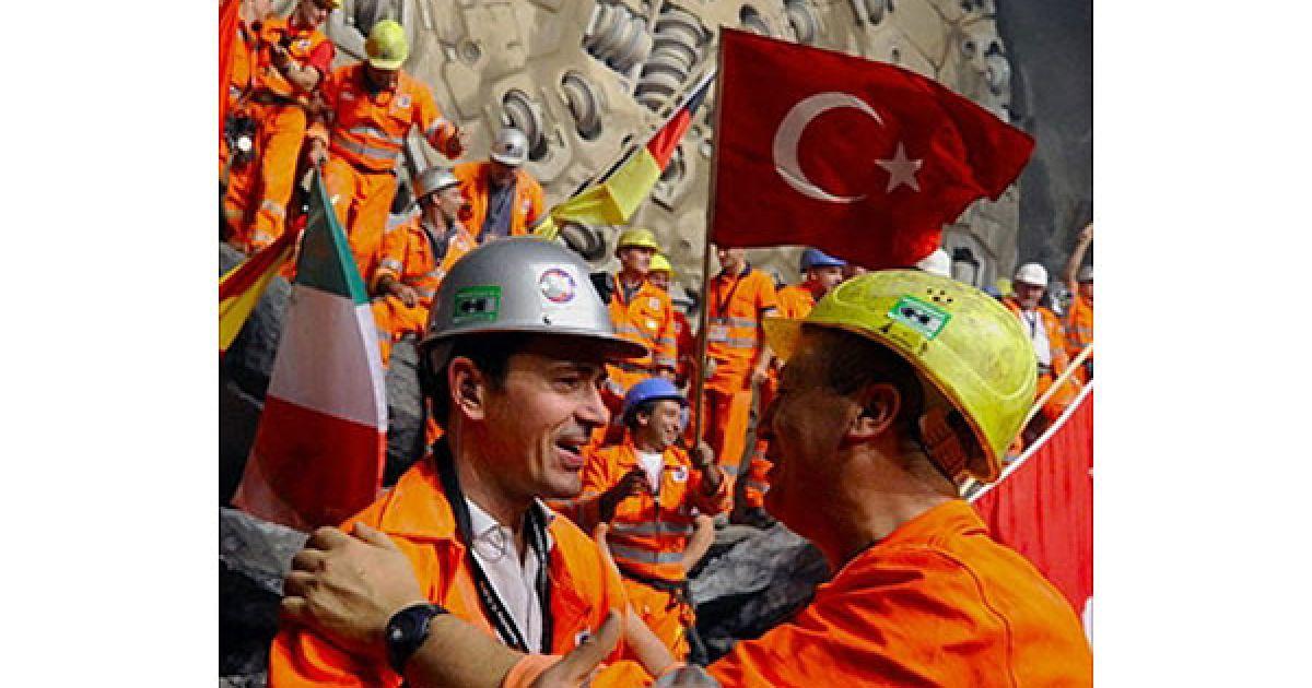 На будівництві одночасно працювало понад 1500 робітників. Роботи велися цілодобово, сім днів на тиждень. @ AFP