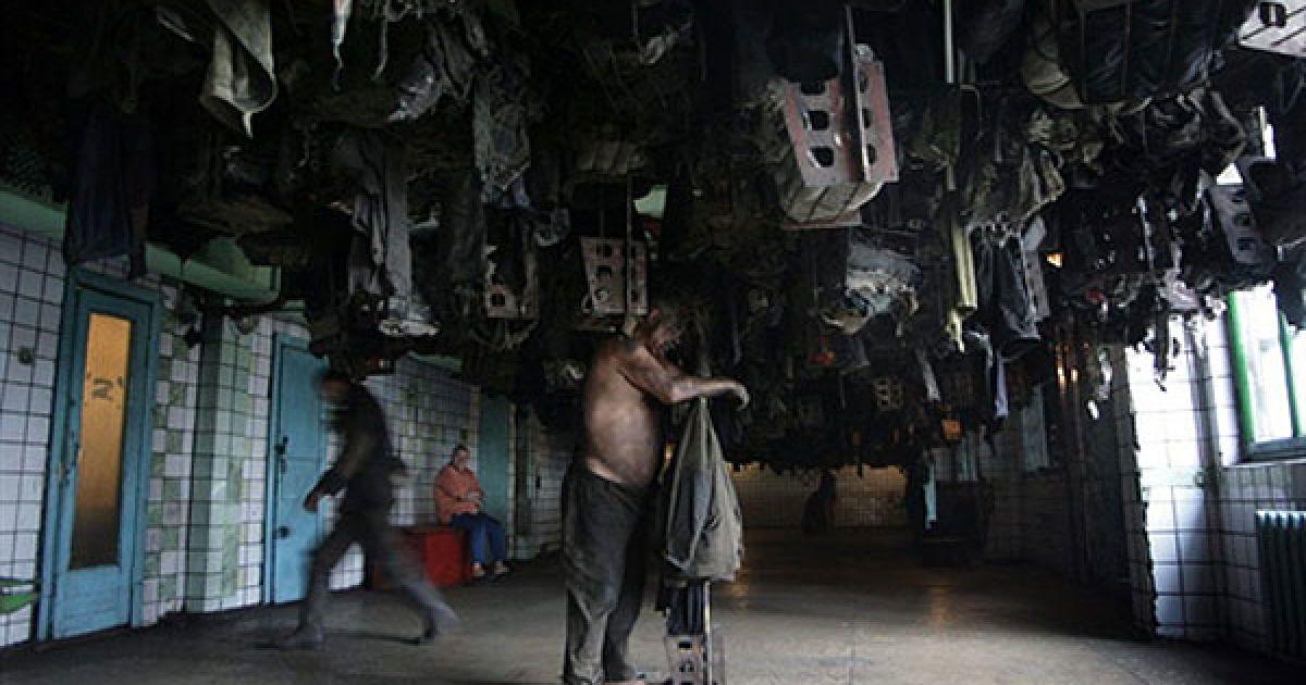 """Україна, Новодзержинськ. Українські шахтарі перевдягаються після зміни у вугільній шахті """"Новодзержинськ"""". @ AFP"""