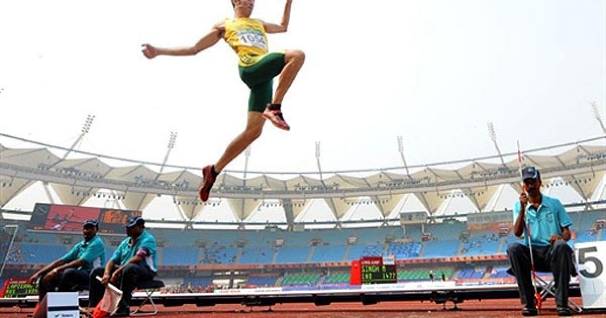 Індія, Нью-Делі. Австралійський легкоатлет Фабріс Лап'єр виконує стрибок у довжину під час кваліфікаційних змагань з легкої атлетики на Іграх Співдружності у Нью-Делі. @ AFP
