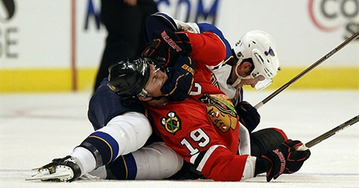 """Хокеїсти Джонатан Тоувс та Девід Бейкс вчинили бійку під час матчу між клубами """"Chicago Blackhawks"""" та """"St. Louis Blues"""" у Чикаго. @ AFP"""