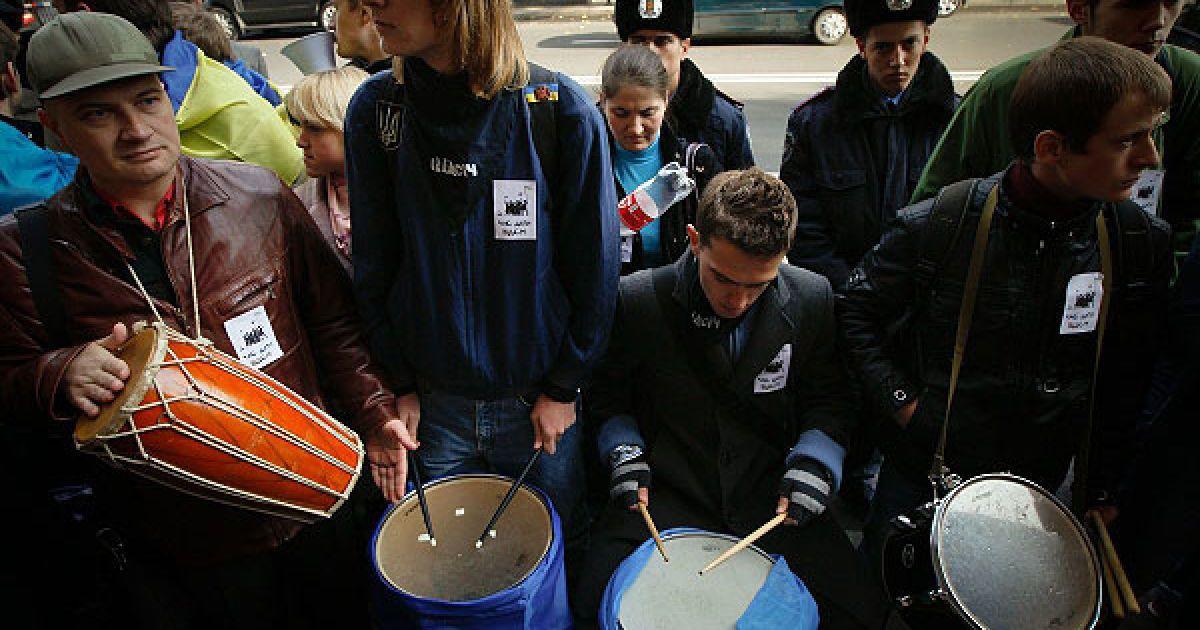 Щоб підсилити звуковий ефект від акції, її учасники стукали у цинкові відра та барабани. @ Украинское Фото