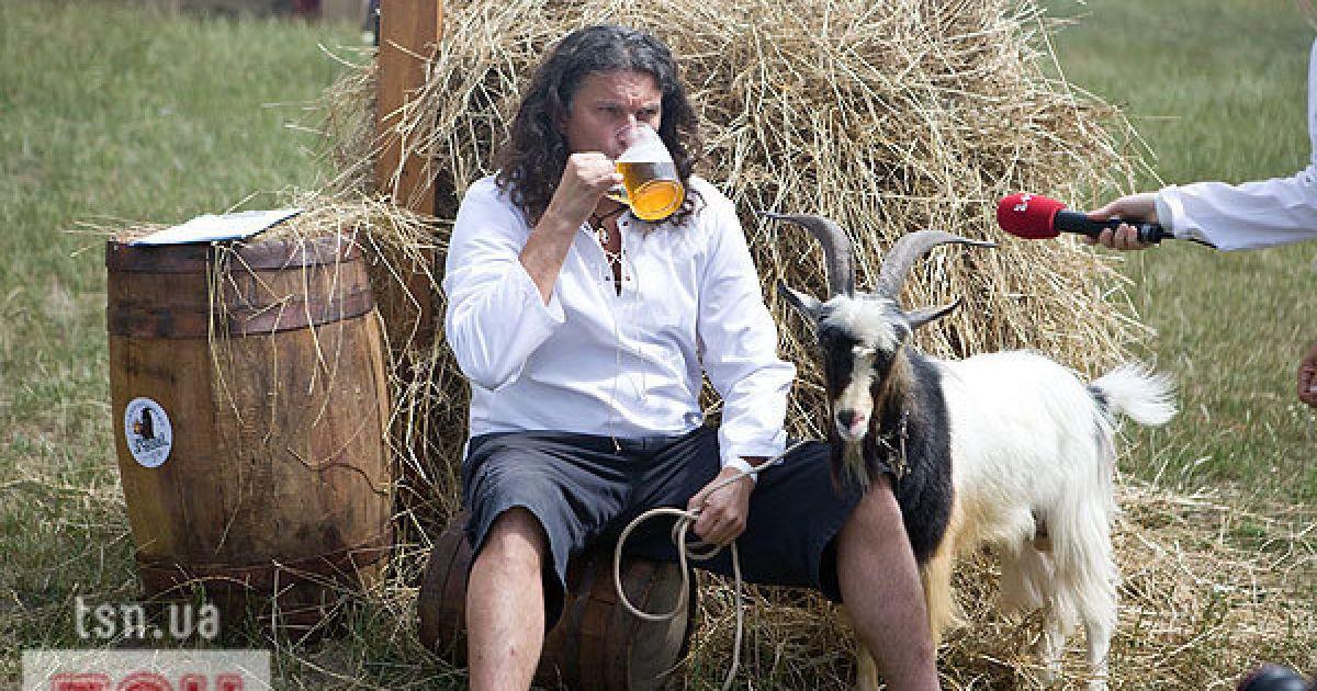 Кузьма выпил пива и подружился с козлом
