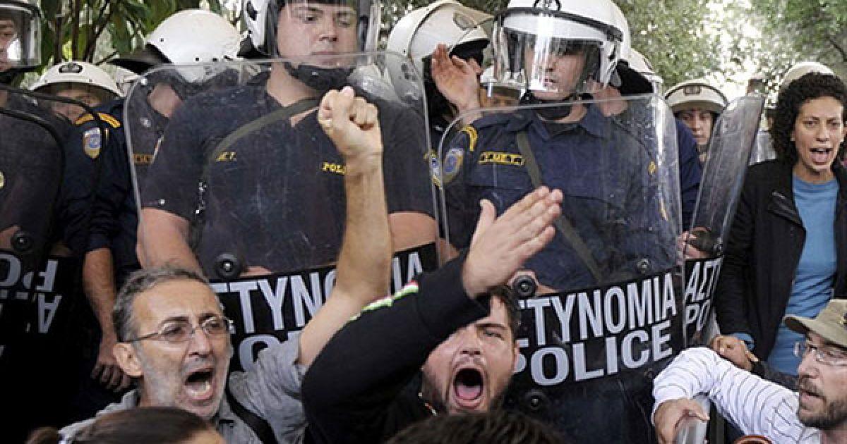 Греція, Афіни. Демонстранти з Міністерства культури кричать на поліцейських на вході до Акрополю в Афінах. Солдати спеціального загону увірвалися до Акрополю, найвідомішого пам'ятнику в Греції, щоб розірвати блокаду, встановлену співробітниками Міністерства культури, які проводили акцію протесту. Працівники заблокували Акрополь і не допускали його відкриття протягом кількох днів. @ AFP