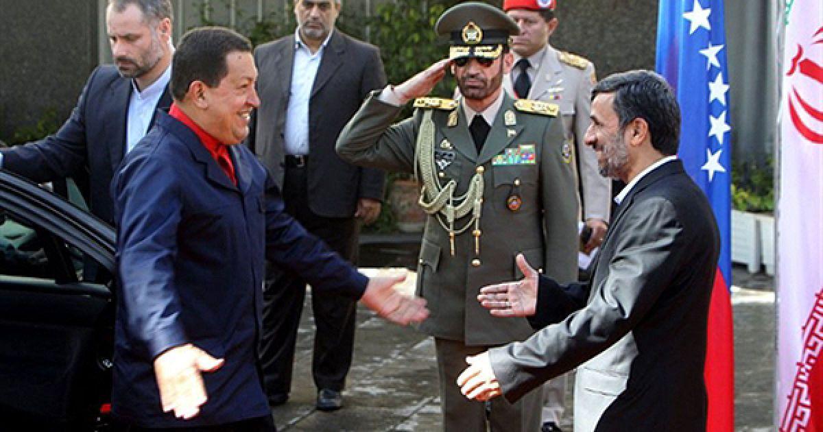 Президент Ірану Махмуд Ахмадінеджад вітається із своїм колегою Уго Чавесом під час зустрічі у Тегерані. @ AFP