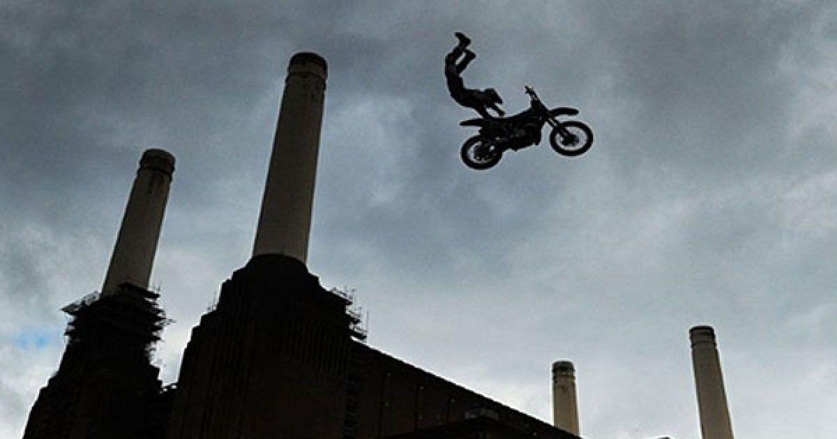 Великобританія, Лондон. Американський мотоцикліст Майк Мейсон під час тренування перед Чемпіонатом з мотокросу Red Bull X-Fighters злітає у повітря на фоні легендарної лондонської електростанції Баттерсея. У Чемпіонаті, який пройшов у Лондоні 13 і 14 серпня, взяли участь 12 найкращих мотокросменів світу. @ AFP