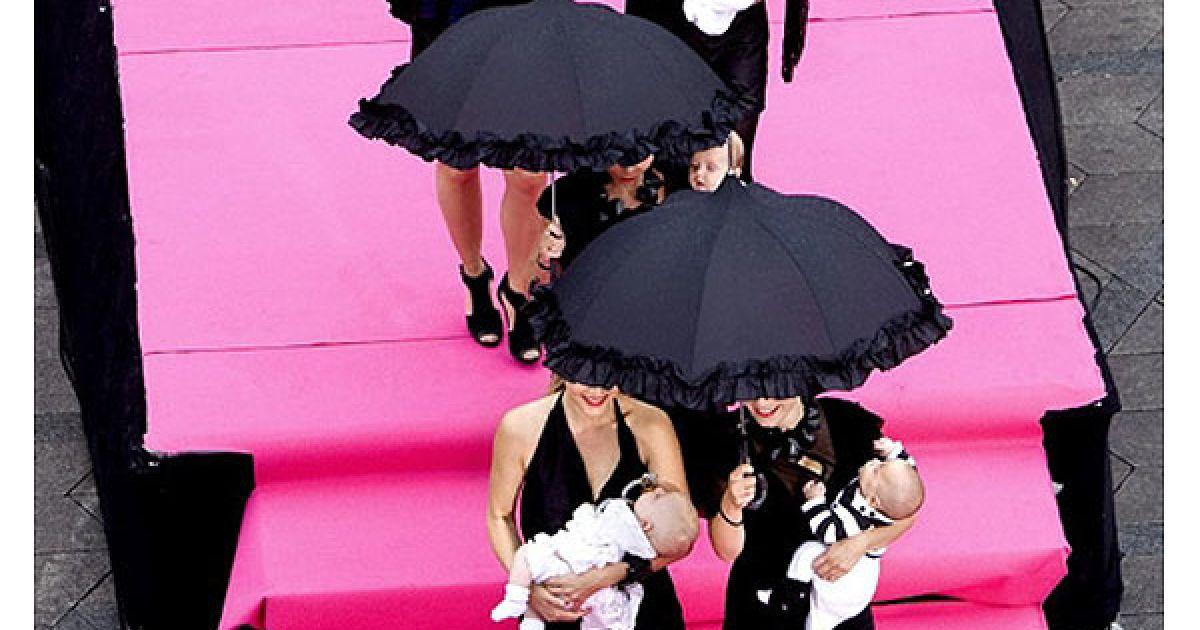 Данія, Копенгаген. Датські знаменитості взяли із собою своїх дітей під час виходу на найдовший подіум у світі, на якому демонструють колекції Тижня моди у Копенгагені. У перших показах взяли участь 220 моделей, які мали під час дефіле пройти 1,6 км вздовж вулиці Stroeget у центрі Копенгагена. Більшість моделей, які взяли участь у показах, не є професіональними моделями, а були запрошені просто з вулиці. @ AFP