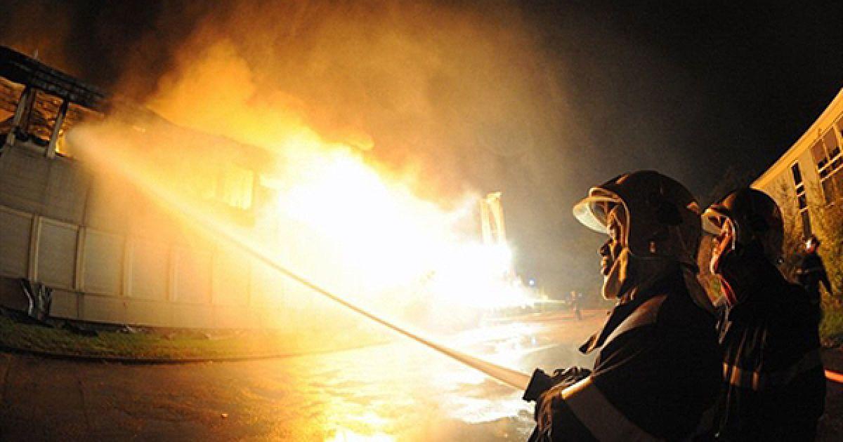Рятувальники намагаються загасити пожежу у міському коледжі у Ле-Мані. Ймовірніше за все, коледж підпалили протестувальники. @ AFP