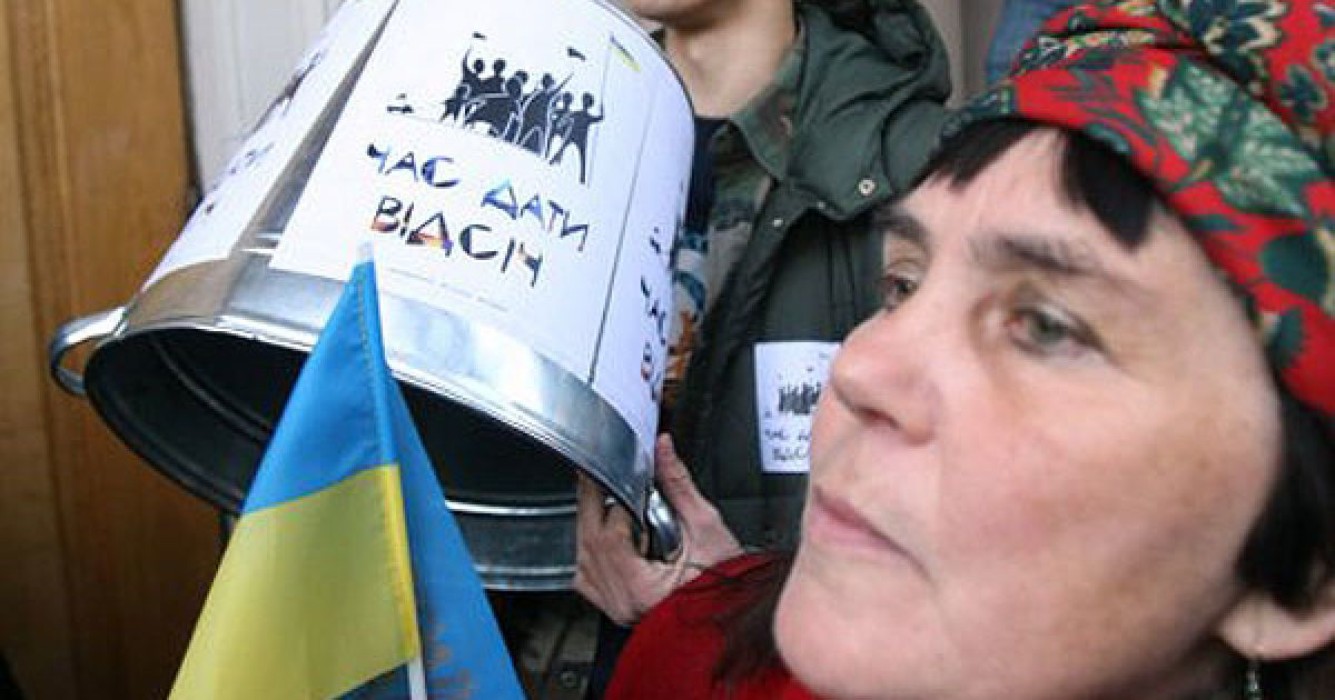 Учасники вигукували вимоги у гучномовець та стукали у цинкові відра та барабани. @ УНІАН