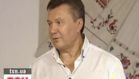 Янукович на ярмарке купил две вышиванки и кадку для огурцов
