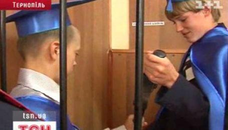 У Тернополі дітей саджатимуть за ґрати на уроці