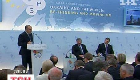 В Криму Янукович зустрівся з Коморовським