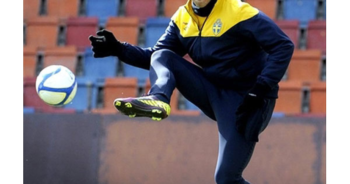 Швеція, Стокгольм. Шведський форвард Златан Ібрагімович тренується зі шведською збірною з футболу на стадіоні Rasunda у Стокгольмі напередодні відбіркового матчу Євро-2012 між Швецією та Молдавією. @ AFP