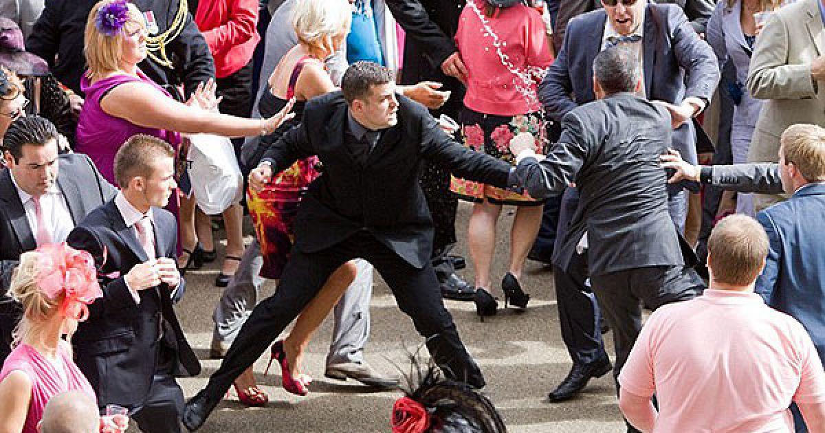 На королевских гонках пьяные джентльмены дрались стульями и бутылками по 200 долларов @ dailymail.co.uk