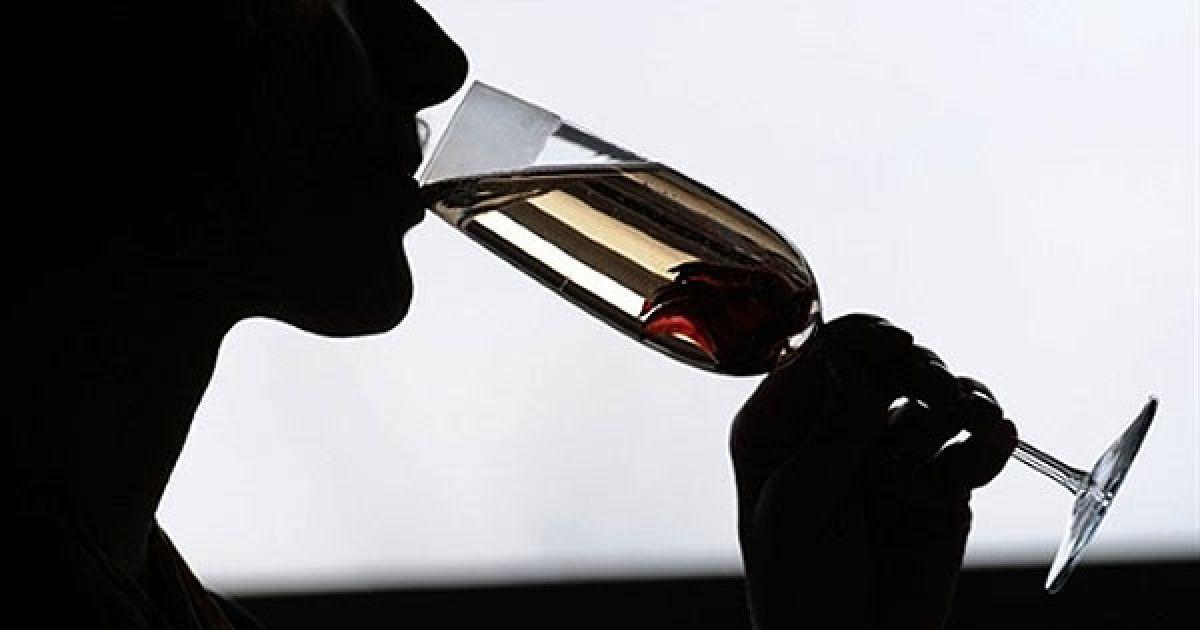 """Німеччина, Дюссельдорф. Жінка куштує шампанське з трюфелів на виставці """"Pro Wein"""". Виставка-ярмарок """"Pro Wein"""" є найбільшою міжнародною виставкою вина та алкогольної промисловості, в якій беруть участь експоненти з 50 країн світу. @ AFP"""