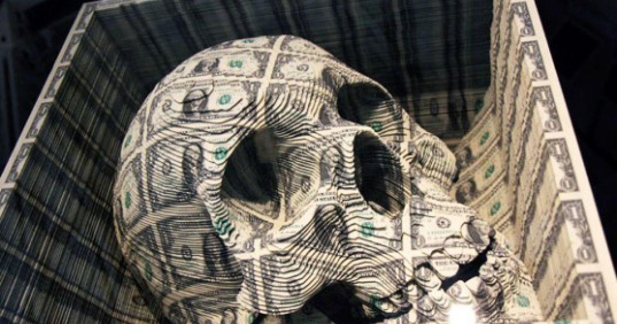 Творіння Кемпбелла зроблені зі звичайних доларових купюр і нерозрізаних аркушів банкнот.
