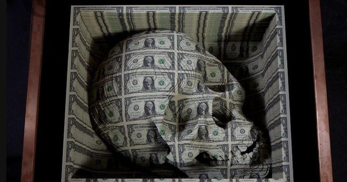 Відомий американський художник Скотт Кемпбелл відкрив виставку своїх нових скульптур, створених зі справжніх банкнот.