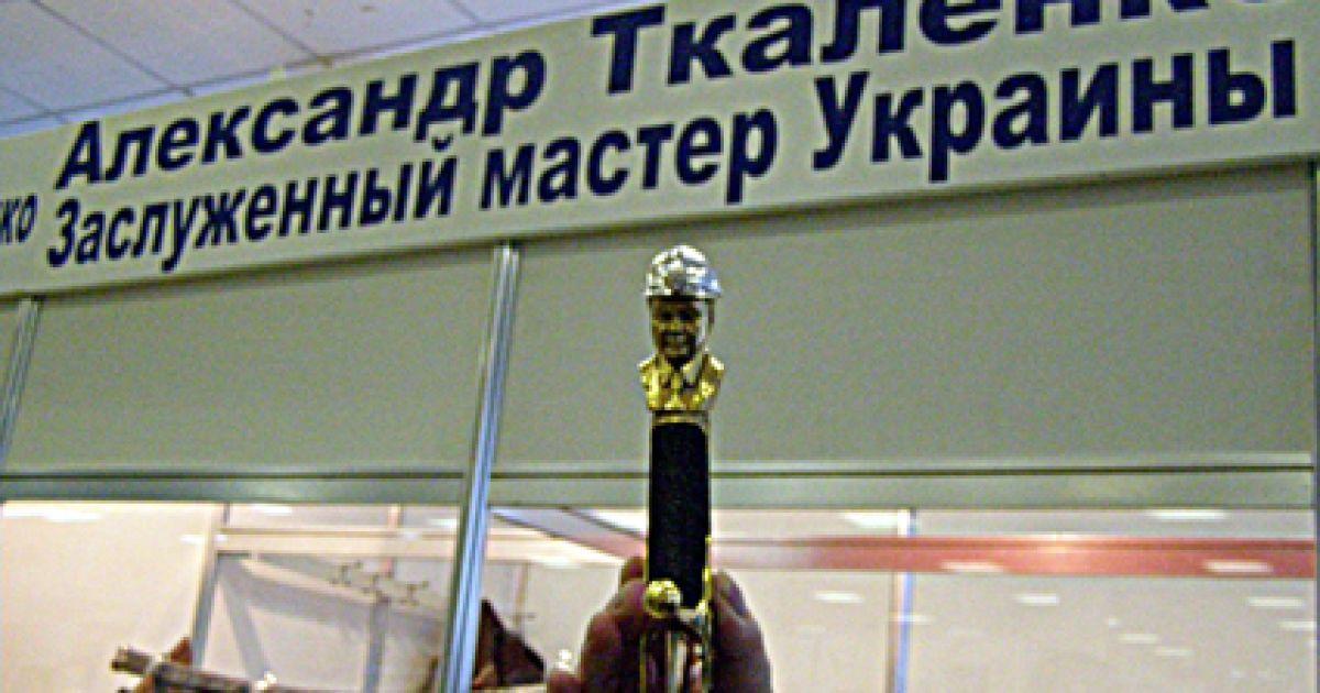 Вперше, у якості прикраси, замість дорогоцінного каміння, вмонтовано пластинки справжнього українського антрациту @ museum-ukraine.org.ua