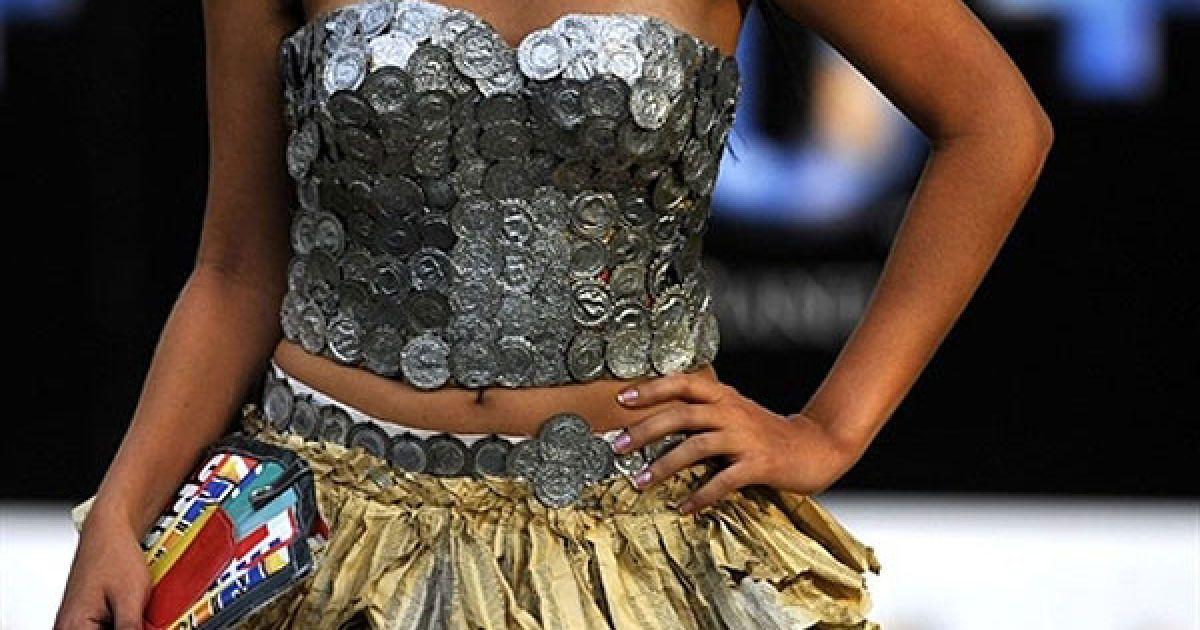 Колумбія, Калі. Модель демонструє сукню з перероблених матеріалів під час модного показу Ecofashion 2011 у Калі. @ AFP