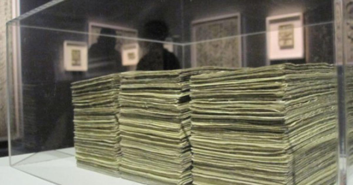Нерозрізані аркуші банкнот майстру поставляють прямо з Монетного двору США.