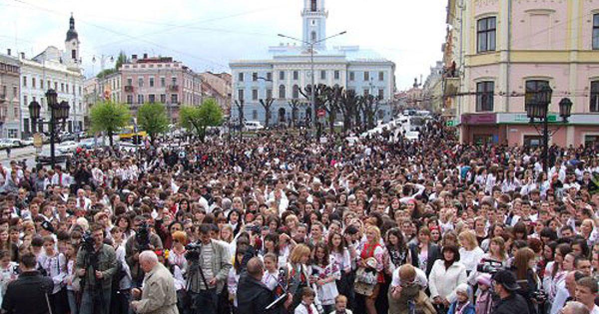 В акції взяли участь кілька тисяч буковинців, одягнених у різноманітні вишиті сорочки. @ УНІАН