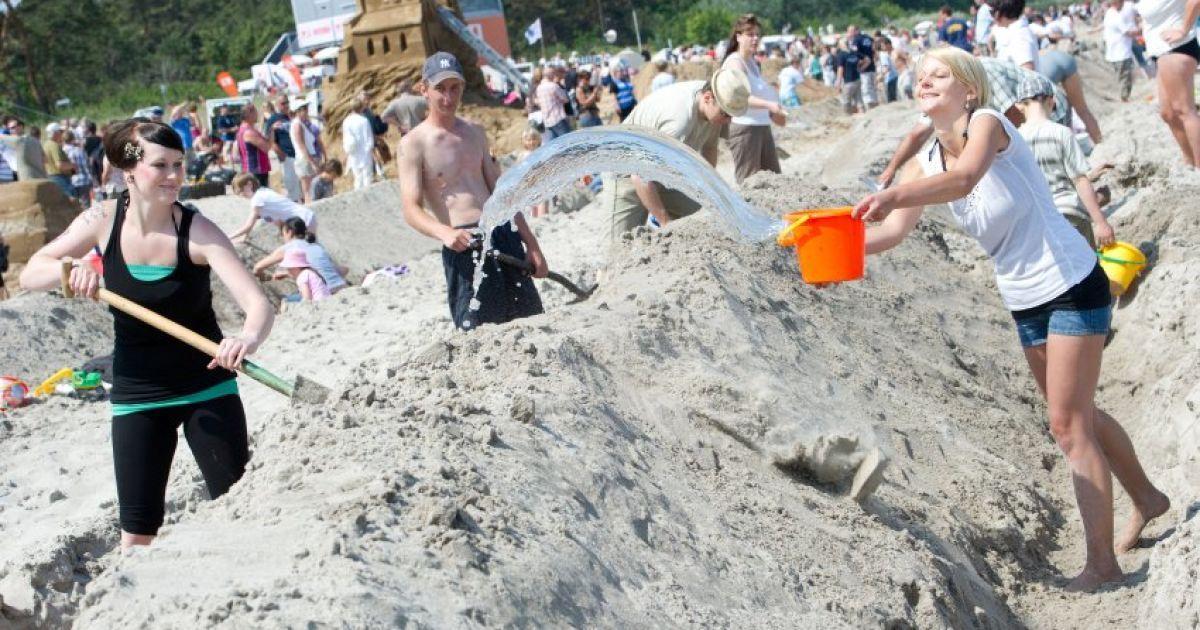 На пляжі німецького острова Рюген з'явився піщаний замок заввишки 90 см і завдовжки 27,5 км, який потрапив до Книги рекордів Гіннеса. @ Bild