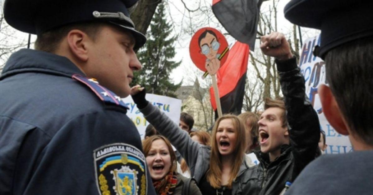 """Близько двох тисяч студентів у Львові провели акцію протесту """"Проти деградації освіти"""" @ AFP"""