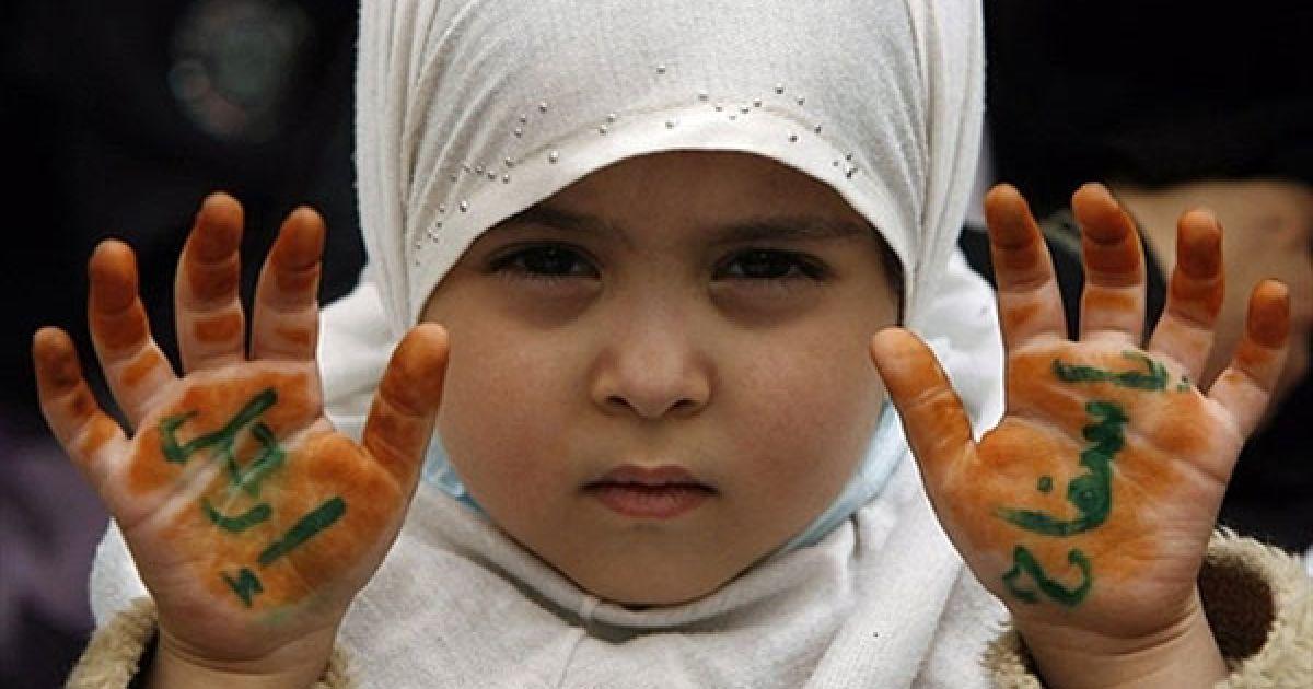 """Ємен, Сана. Єменська дитина бере участь у антиурядовій акції протесту і показує долоні із написом арабською """"Залиши нас, м'ясник"""", звертаючись до президента країни Алі Абдалли Селеха. @ AFP"""